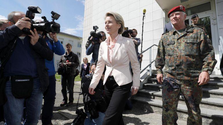 La ministra alemana de Defensa, Ursula von der Leyen (c), y el general alemán Volker Wieker (d), visitan el cuartel del batallón de infantería 291 del barrio Leclerc, en Illkrich, Francia, hoy, 3 de mayo 2017. El Ministerio de Defensa alemán informó hoy de que los servicios de inteligencia militares investigan 280 casos de presuntos ultraderechistas miembros del ejército, motivo por el que han sido expulsados 18 soldados entre 2012 y 2016