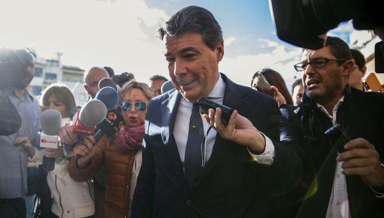 El expresidente de la Comunidad de Madrid, Ignacio González, es abordado por los periodistas a su llegada al Juzgado de Instrucción número 5 de Estepona