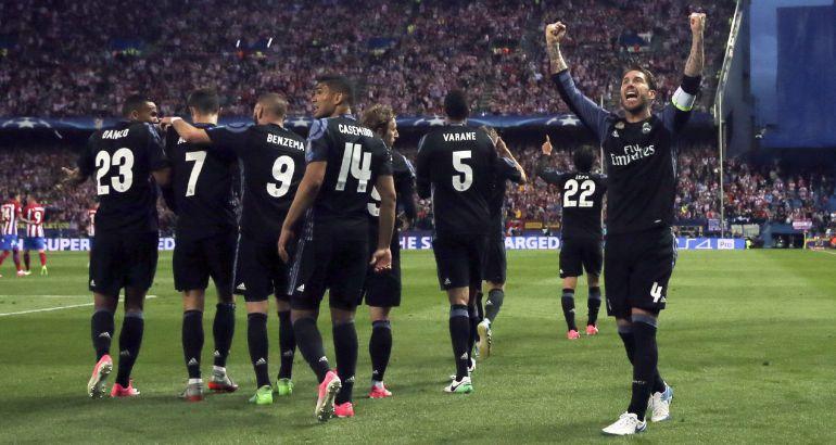 Los jugadores del Madrid celebran el gol de Isco