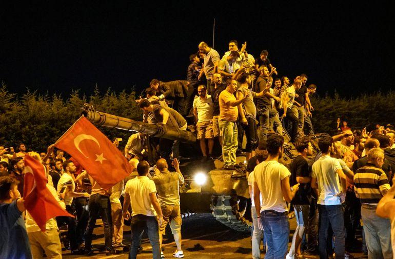 Un grupo de ciudadanos turcos plantando cara a los militares golpistas las noche del 15 de julio de 2016