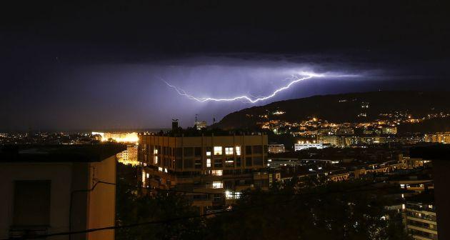 Un rayo cae sobre San Sebastián durante las tormentas que se han producido a lo largo de la tarde noche en la capital donostiarra.