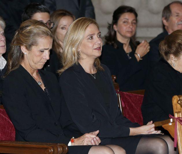 La infantas Elena y Cristina, durante el funeral por el infante Carlos de Borbón-Dos Sicilias, el 8 de noviembre de 2015.