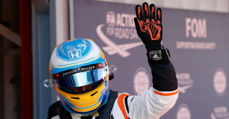 Fernando Alonso saluda tras acabar séptimo en la calificación