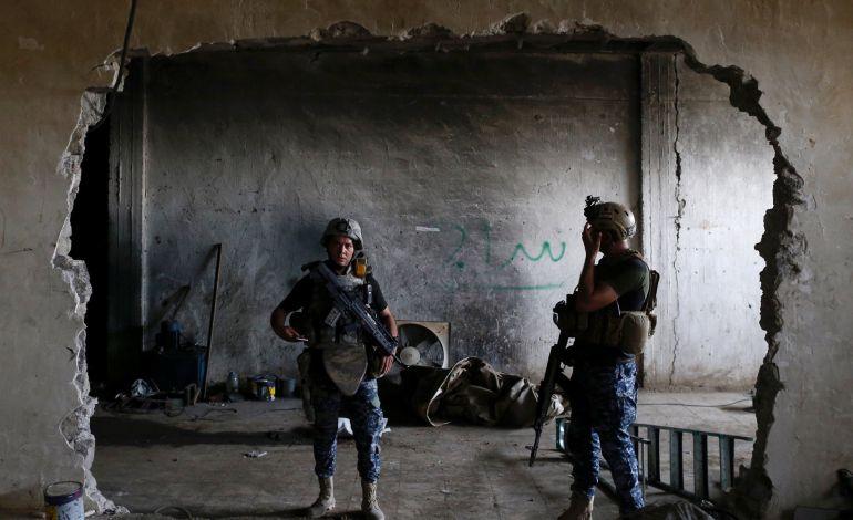 Miembros de las policía federal iraqui hacen guardia junto a una fábrica en Mosul