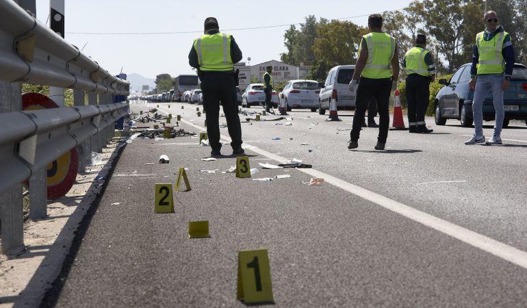 Agentes de la Guardia Civil supervisan el lugar en el que una mujer atropelló con su coche a un grupo de seis ciclistas
