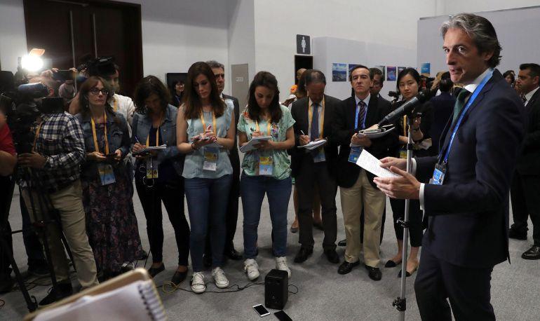 El ministro de Fomento, Íñigo de la Serna, atiende a los medios en Pekín.