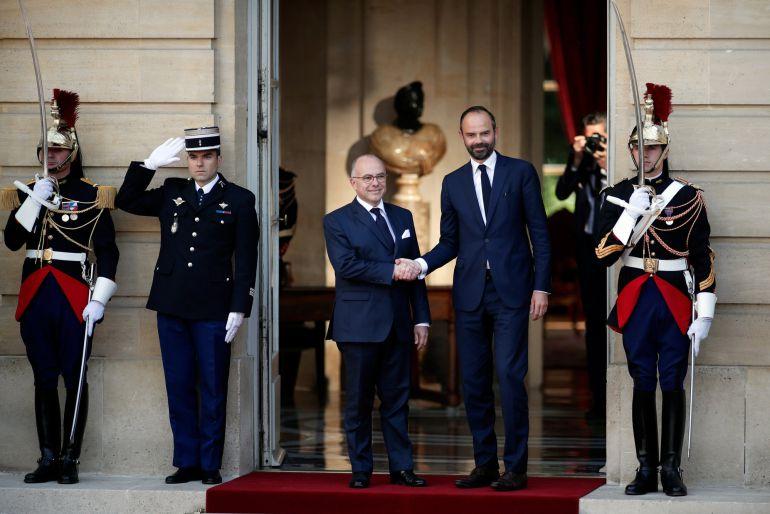 El nuevo primer ministro Edouard Philippe es recibido por su predecesor, Bernard Cazeneuve