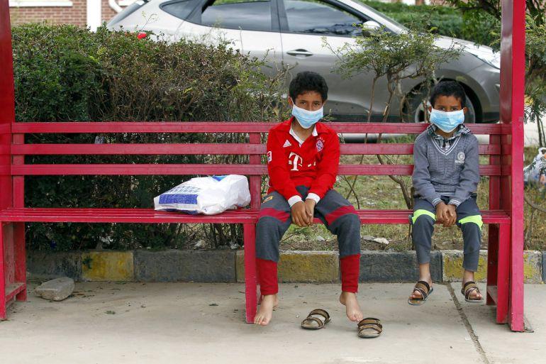 Dos niños visitan a su madre enferma de cólera en un hospital de Saná (Yemen)