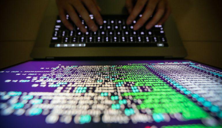Un programador muestra los códigos.