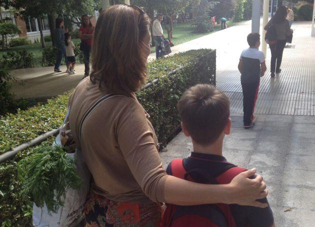 La belga Leticia Leinen, junto a su hijo, después de recoger la compra.