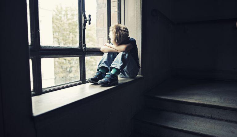 Un niño llora solo en su casa