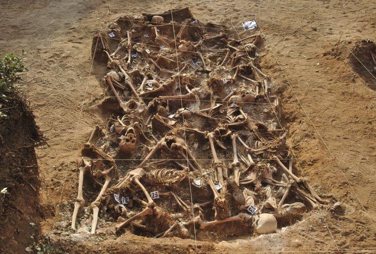 Una de las fosas comunes descubiertas en Estépar (Burgos) proveniente de agosto-septiembre de 1936, al inicio de la Guerra Civil Española. / Wikipedia