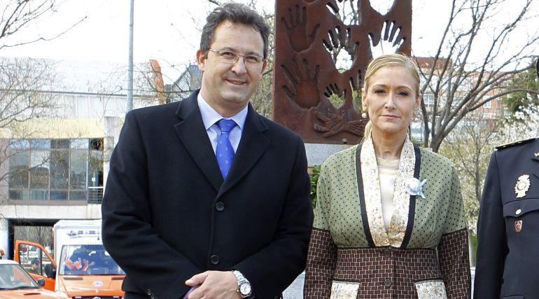 El exalcalde de Leganés, Jesús Gómez, junto a la exdelegada del Gobierno en Madrid, Cristina Cifuentes, en una foto de archivo de 2014.
