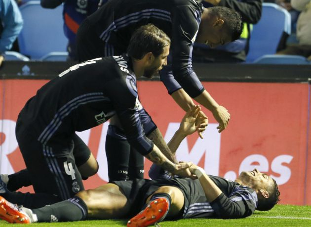 Sergio Ramos y Casemiro felicitan a Cristiano por su segundo gol.