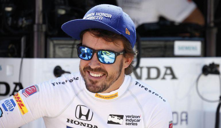 Fernando Alonso sonríe en un momento de descanso en Indanápolis