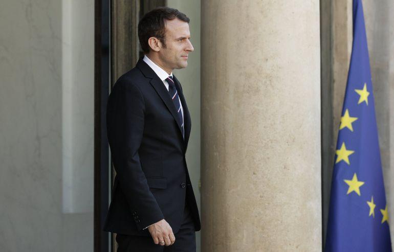 El presidente de Francia, Emmanuel Macron, junto a la bandera europea