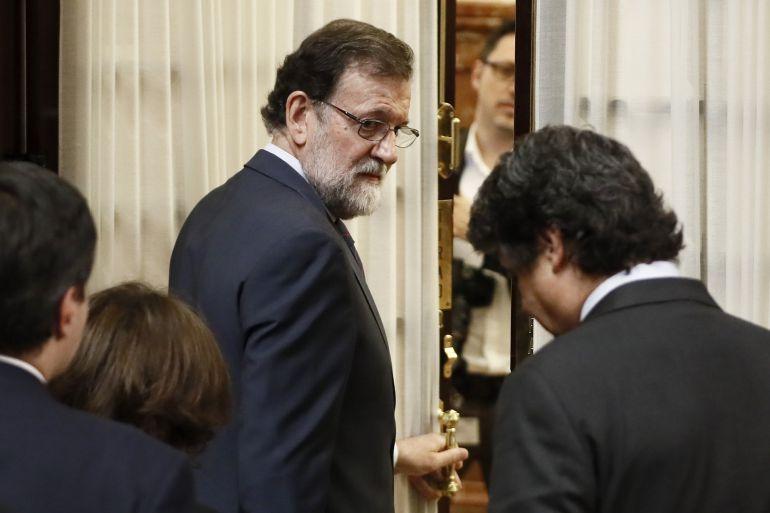 El presidente del Gobierno, Mariano Rajoy, sale del hemiciclo en un receso de la sesión de control al Ejecutivo