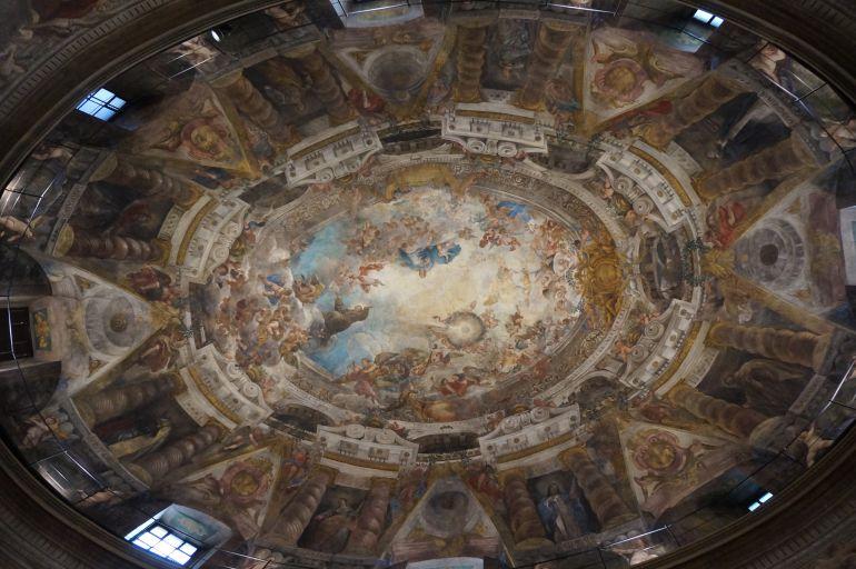 El interior de la Iglesia de San Antonio de los Portugueses está decorado por frescos de Juan Carreño de Miranda, Francisco Rizi y Luca Giordano.