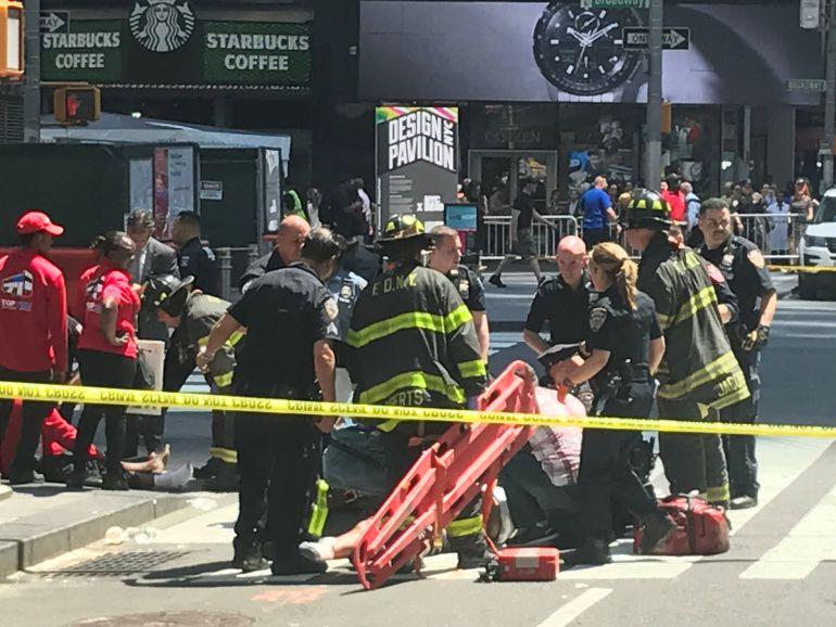 Los bomberos asisten a uno de los heridos en Times Square
