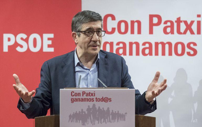 El exlehendakari y candidato a liderar el PSOE, Patxi López, durante la rueda de prensa ofrecida hoy en Sevilla dentro de la campaña de primarias de esta formación