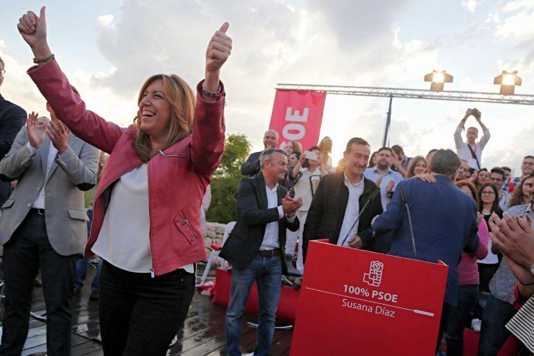 La presidenta de la Junta de Andalucía y candidata a las primarias del PSOE, Susana Díaz, saluda a su llegada al acto con militantes en el anfiteatro del Parque de Cabecera de València
