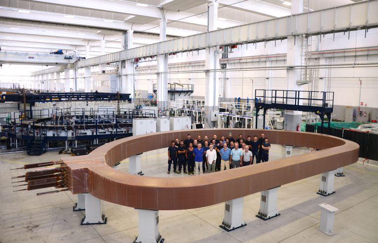 Equipo español que ha participado en la fabricación del mayor imán del mundo que formará parte del ITER, el primer reactor nuclear de fusión que ahora se se está construyendo en Francia.