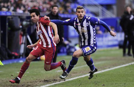 Theo Hernández, hasta ahora cedido por el Atlético al Alavés, en una acción con el rojiblanco Nico Gaitán.