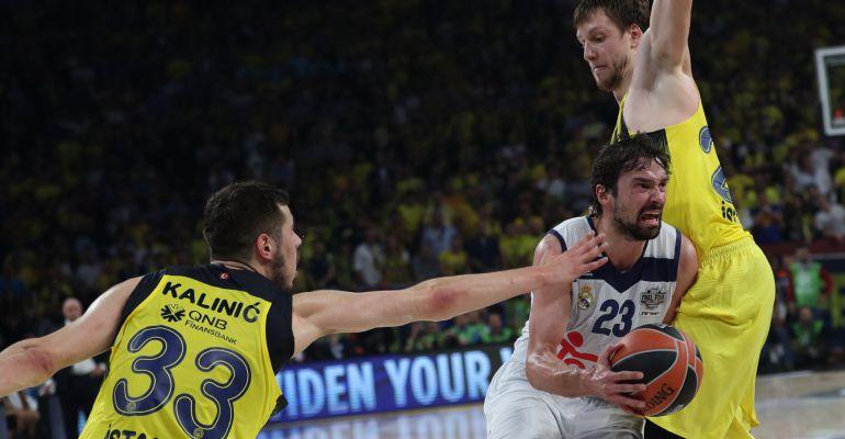Llull trata de marcharse de un rival durante la semifinal