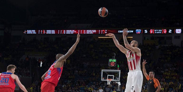 Spanoulis lanza un triple a canasta ante el CSKA