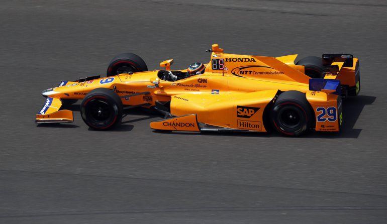 Fernando Alonso, durante una vuelta al óvalo de Indianápolis