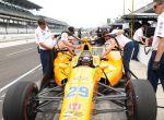 SCM42. INDIANÁPOLIS (EE.UU.), 19/05/2017.- El piloto español Fernando Alonso (c) participa de un entrenamiento en el circuito de las 500 Millas de Indianápolis hoy, viernes 19 de mayo de 2017, en Indianápolis, Indiana (EE.UU.). En la 101 edición de la legendaria carrera, que se disputará el 28 de mayo, tomarán la salida siete pilotos que ya la han ganado: Juan Pablo Montoya, Buddy Lazier, Helio Catroneves, Scott Dixon, Tony Kanaan, Alexander Rossi (vencedor el año pasado) y Ryan Hunter-Reay. EFE/STEVE C. MITCHELL