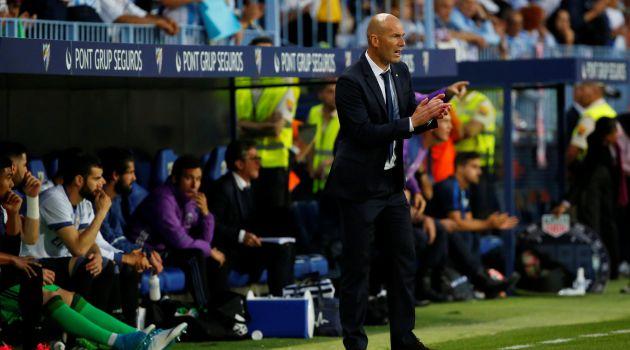 Zinedine Zidane da instrucciones durante el partido
