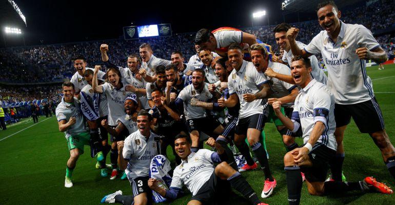 Los jugadores del Madrid celebran la Liga en el césped de La Rosaleda