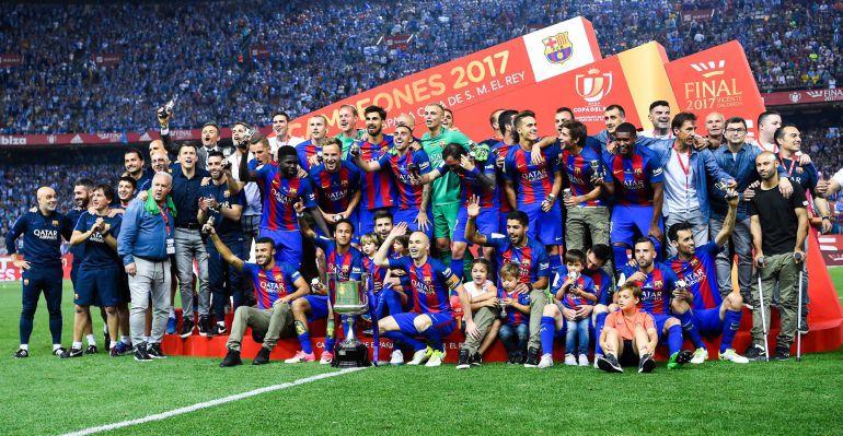 Los jugadores del Barcelona celebran el título copero