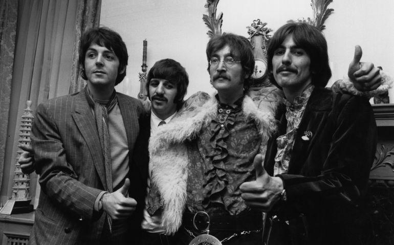 Los Beatles posan para la prensa en la presentación del disco en casa de su manager Brian Epstein (Londres, 1967)