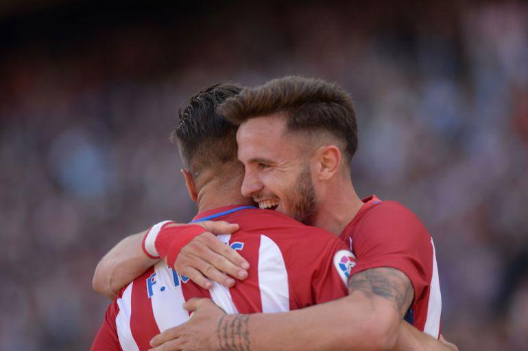 Saúl abraza a Torres durante un partido