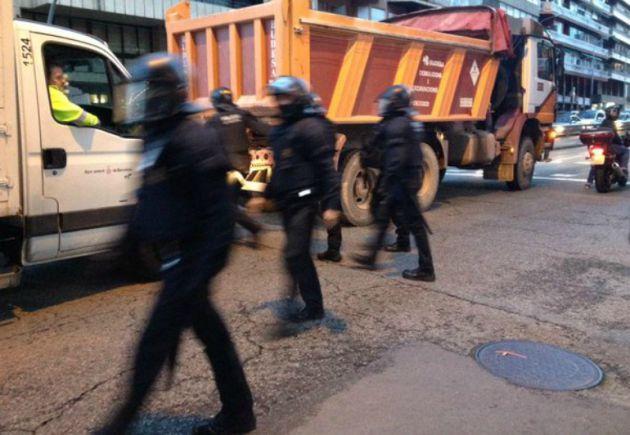 Mossos dispersan a jóvenes protestando contra las detenciones en Barcelona en 2014