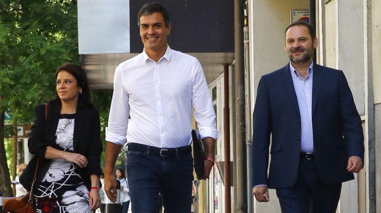 Pedro Sánchez (c), reelegido en primarias como secretario general del PSOE, acompañado por los diputados Adriana Lastra y José Luis Ábalos.