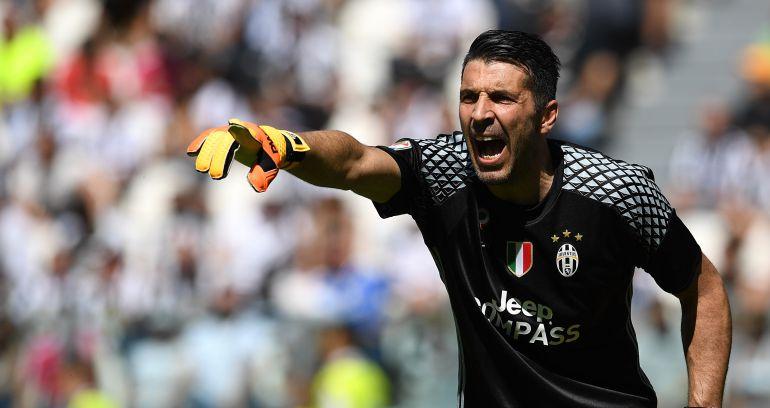 Buffon da órdenes a su defensa con la Juventus