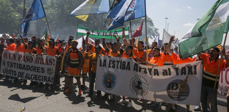 Un grupo de estibadores apoya a los miles de taxistas procedentes de toda España que se han manifestado en Madrid.