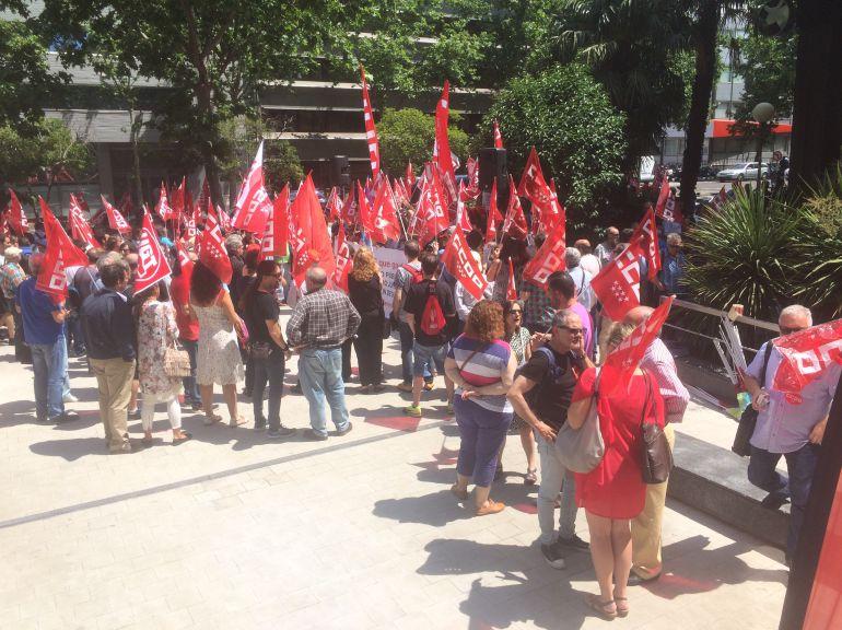 Concentración de UGT y CCOO ante la sede de Función Pública