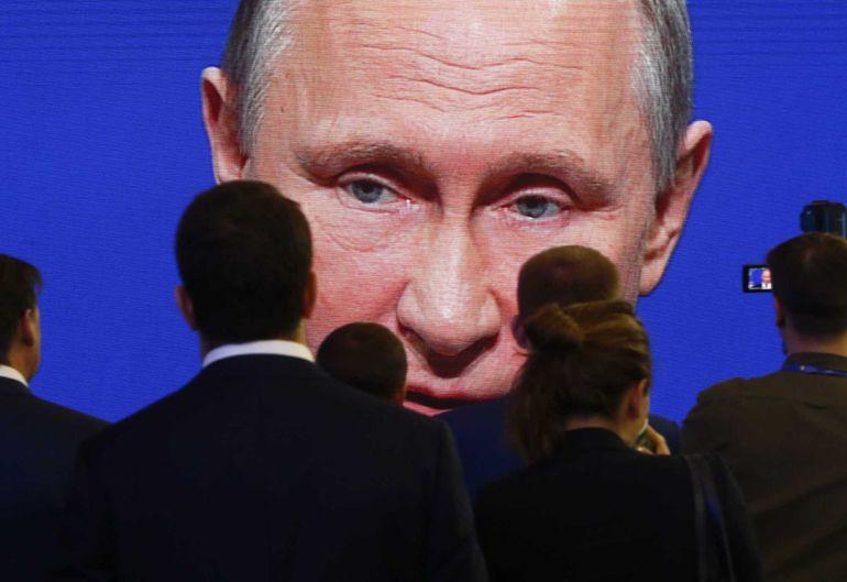 Participantes en el foro internacional economico de San Petersburgo donde el presidente Putin se ha desvinculado de las acusaciones de interferir en el proceso electoral norteamericano