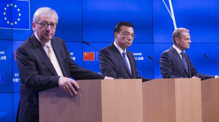 El presidente de la Comisión Europea, Jean-Claude Juncker (i), el primer ministro chino, Li Keqiang (c) y el presidente del Consejo Europeo, Donald Tusk (d), durante la rueda de prensa conjunta