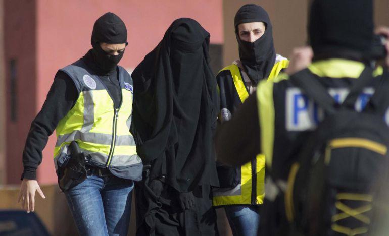 Agentes españoles detienen a una mujer en Melilla en una operación contra el terrorismo yihadista, el pasado 16 de diciembre