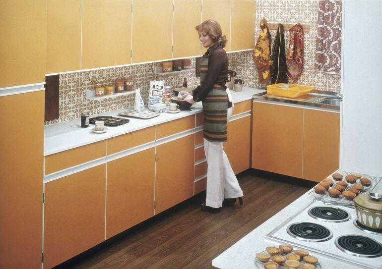 Una mujer en la cocina de casa en los años 70.