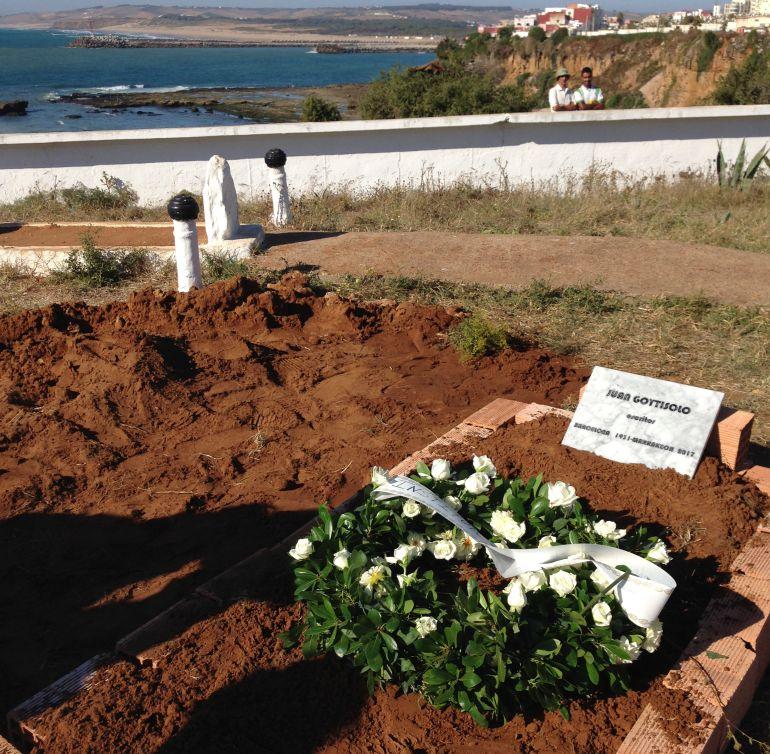 Tumba de Goytisolo en el cementerio de Larache.