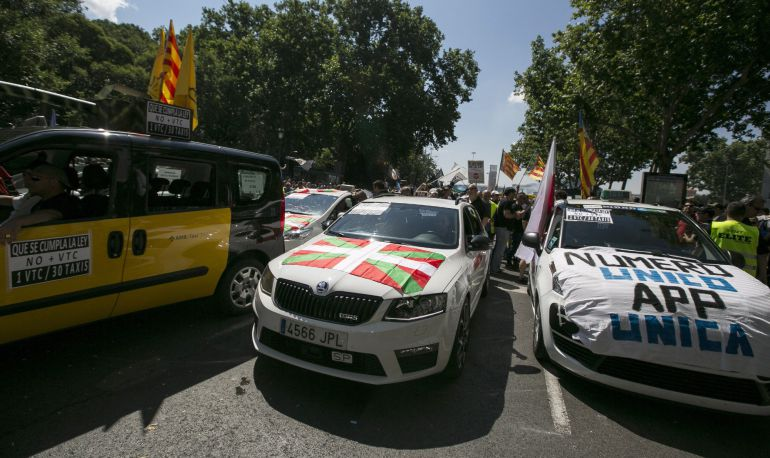 """Miles de taxistas procedentes de toda España durante la manifestación hoy en Madrid contra la competencia, a su juicio """"desleal"""", de plataformas como Uber o Cabify"""