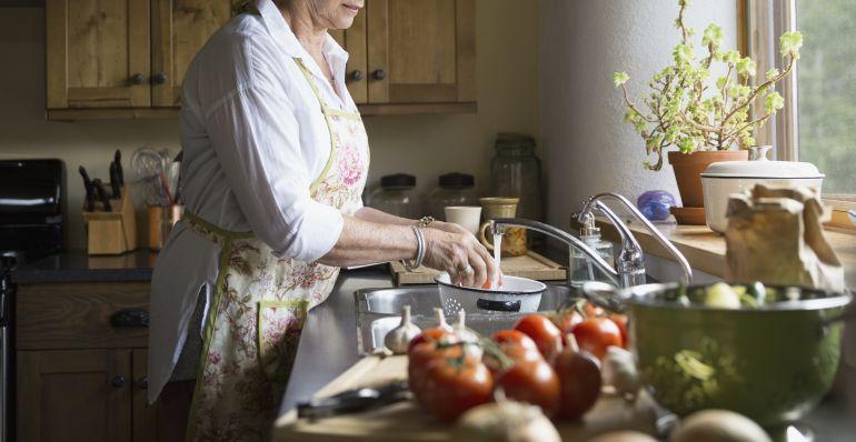 El 54,6% de las mujeres españolas prepara siempre la comida