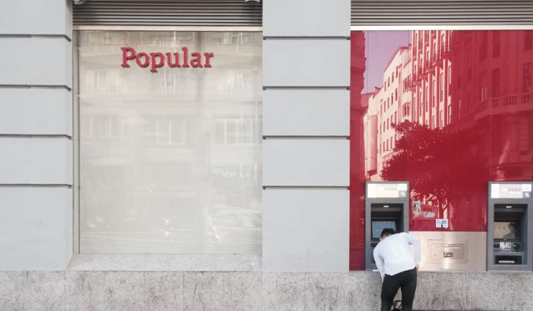 La reacci n de los clientes del popular tras la venta de for Oficinas banco popular madrid