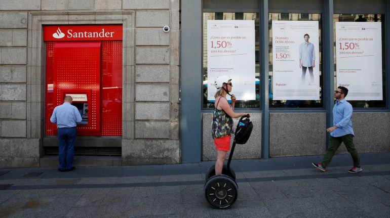 Un cajero del Santander frente a una oficina del Popular